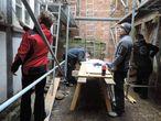 """Zweiergruppen aus """"Messer"""" und """"Zeichner"""" beim verformungsgerechten Aufmaß der Fachwerkfassaden mit Schnurgerüst im Innenhof"""